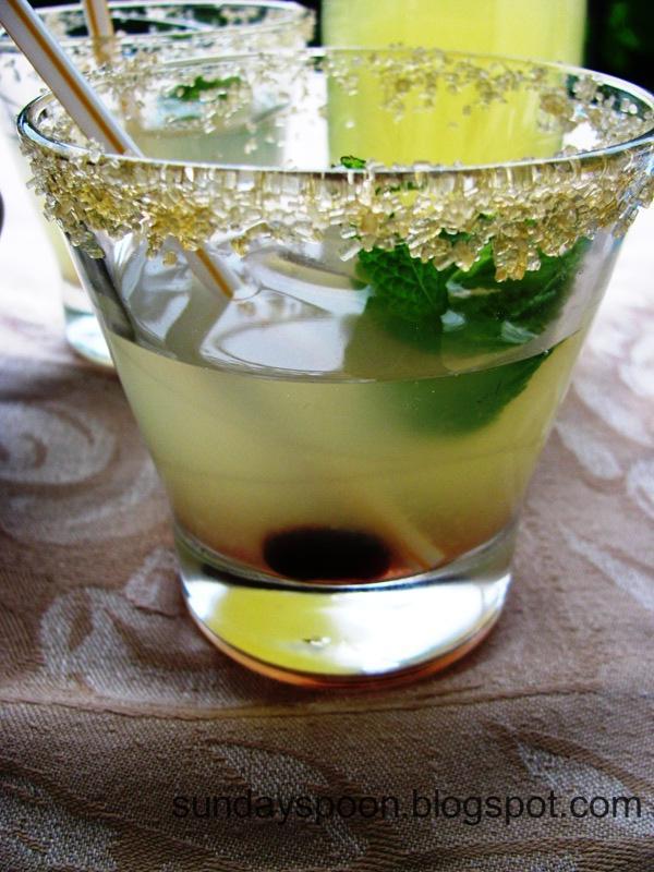 Δροσιστική λεμονάδα με βύσσινα και δυόσμο & Γλυκά σφολιατίνια