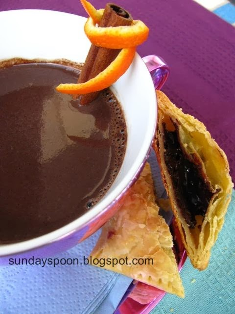 Ζεστή σοκολάτα με άρωμα πορτοκαλιού & τα πιο εύκολα σοκολατοπιτάκια