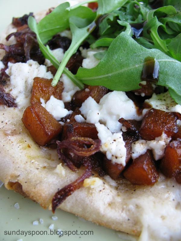 Ατομική πίτσα με καραμελωμένη κολοκύθα, φέτα και ρόκα