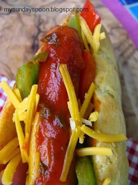 Σπιτικό χοτ-ντογκ με πολύχρωμες πιπεριές και τσένταρ