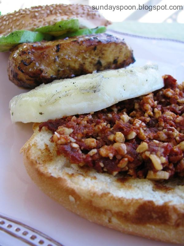 Μπέργκερ με ψητό κοτόπουλο, ταλαγάνι και πέστο λιαστής ντομάτας