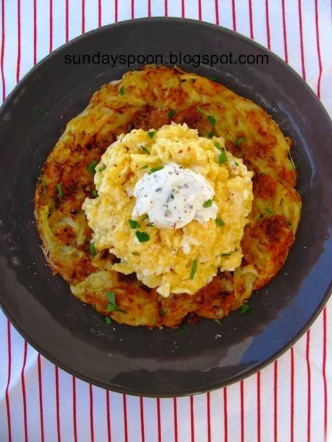 Κρεμώδη αυγά (scrambled eggs) πάνω σε τηγανίτα πατάτας
