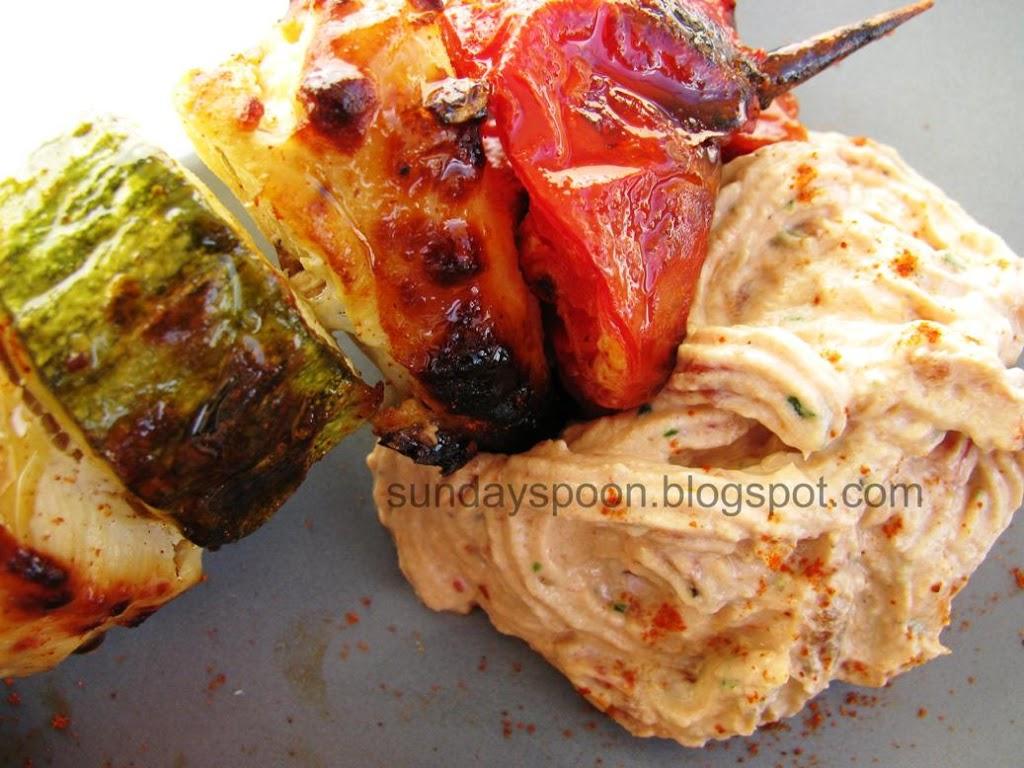 Κοτόπουλο σουβλάκι με λαχανικά και ντιπ λιαστής ντομάτας