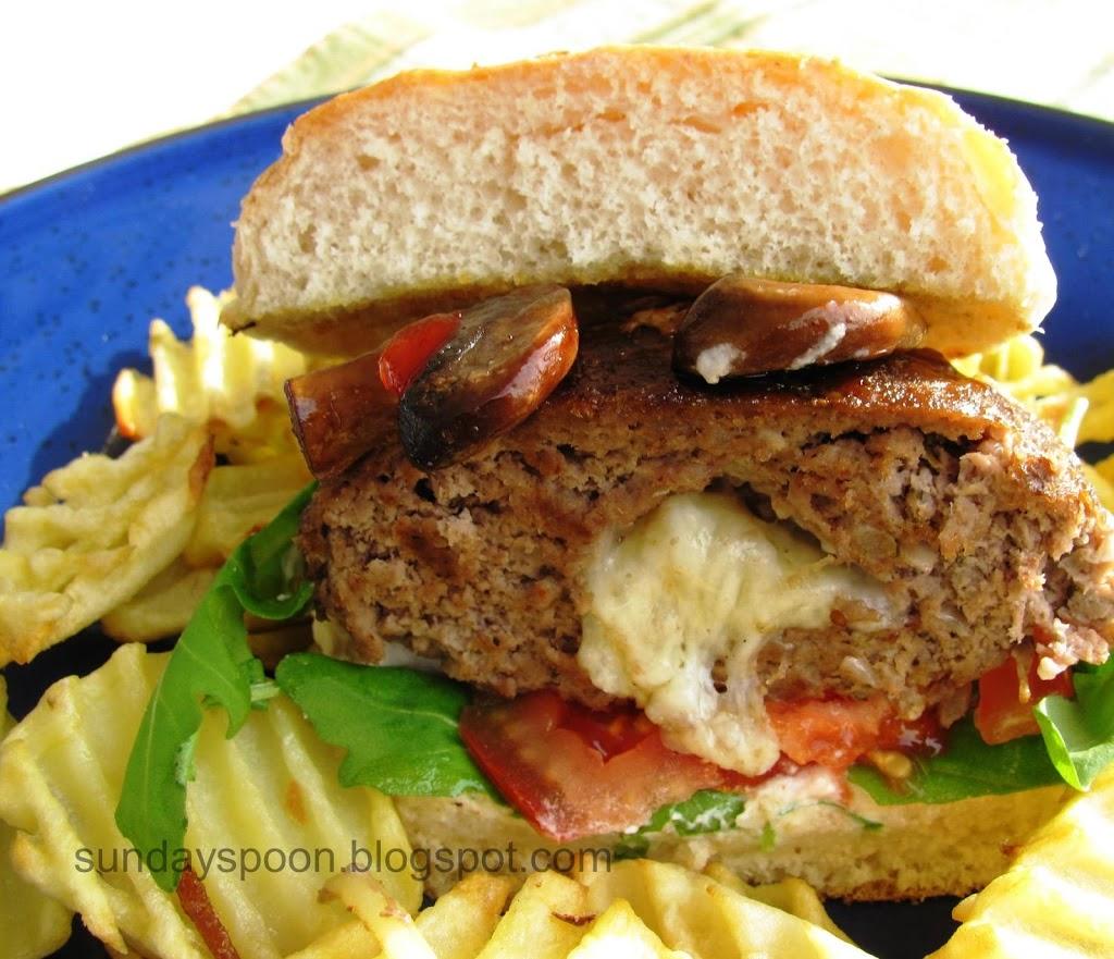 Burger με γεμιστό μπιφτέκι, πικάντικα μανιτάρια και ρόκα