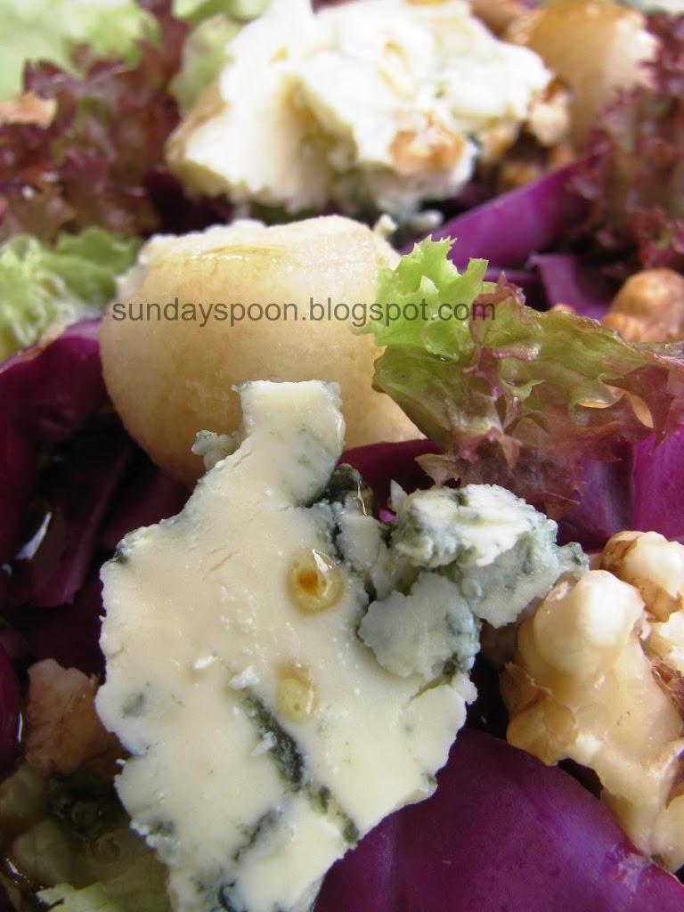 Σαλάτα με κόκκινο λάχανο, αχλάδια και μπλε τυρί