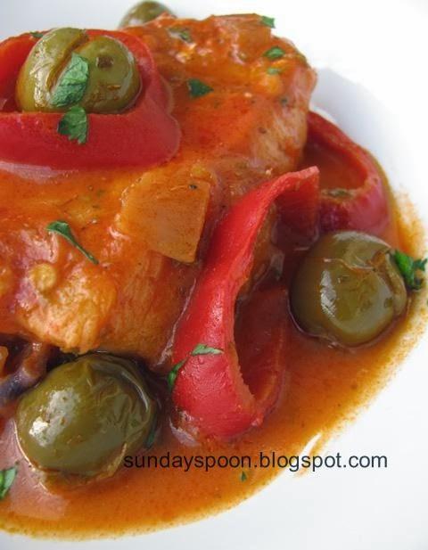 Μπακαλιάρος με κόκκινη σάλτσα, πιπεριά και ελιές