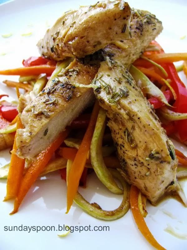 Φιλέτο κοτόπουλο με λεμόνι και δεντρολίβανο & μπαστουνάκια (sticks) λαχανικών