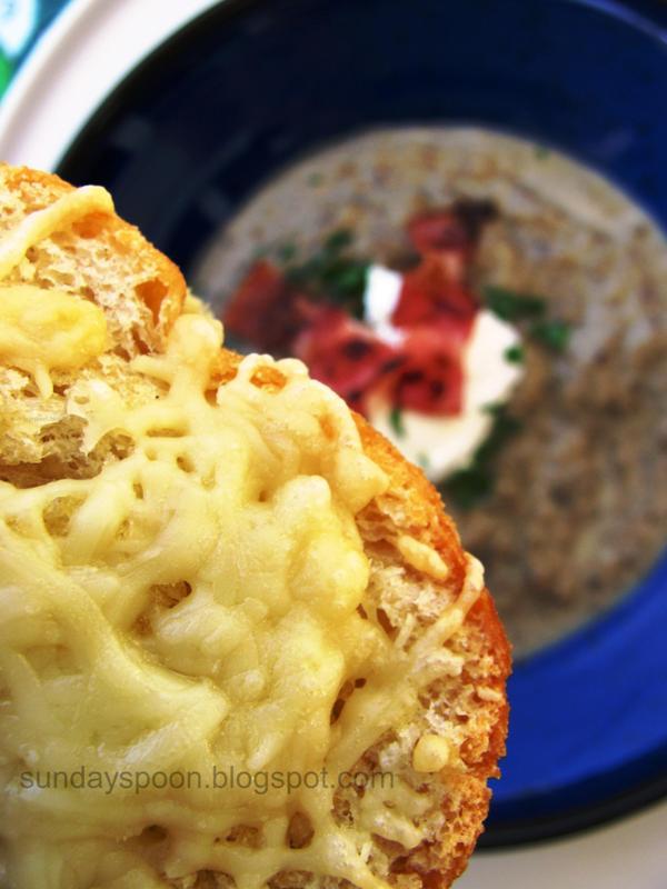 Μανιταρόσουπα βελουτέ με μπέικον και ψητό ψωμάκι