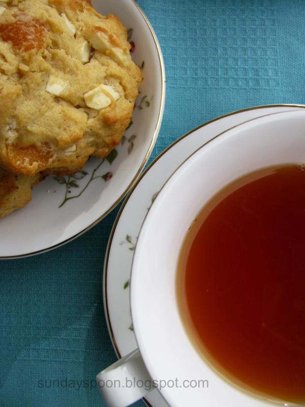 Αρωματικό τσάι & μαλακά cookies με βερίκοκο και λευκή σοκολάτα