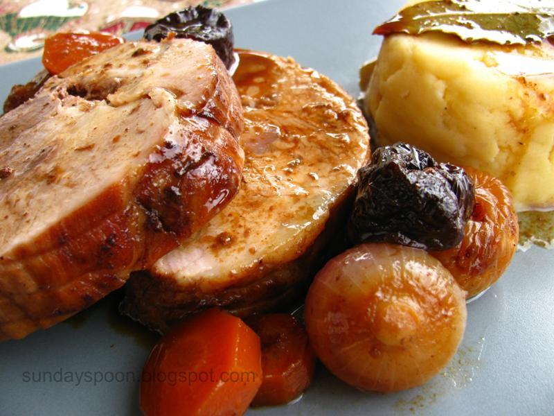 Χοιρινό με αποξηραμένα φρούτα σε μαυροδάφνη & πουρές με τσένταρ