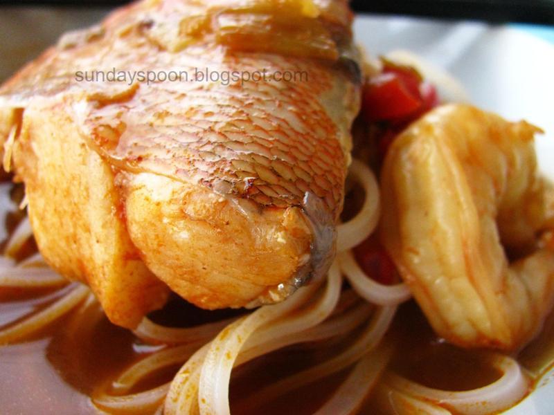 Σούπα με κοκκινόψαρο, γαρίδες και νουντλς