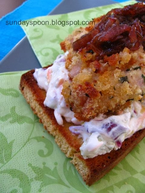 Ανοιχτό σάντουιτς με κοτόπουλο, καραμελωμένα κρεμμύδια και γκοργκοντζόλα