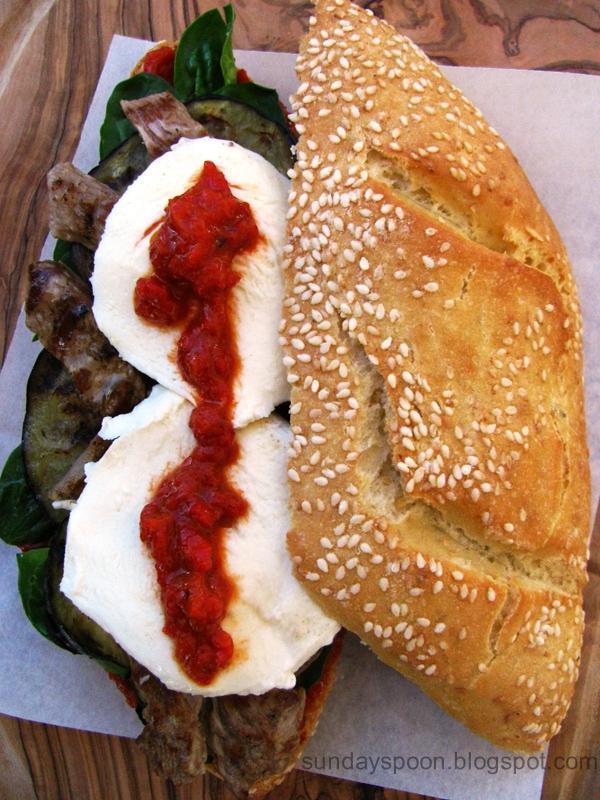 Σάντουιτς με μοσχάρι και άλειμμα πιπεριάς