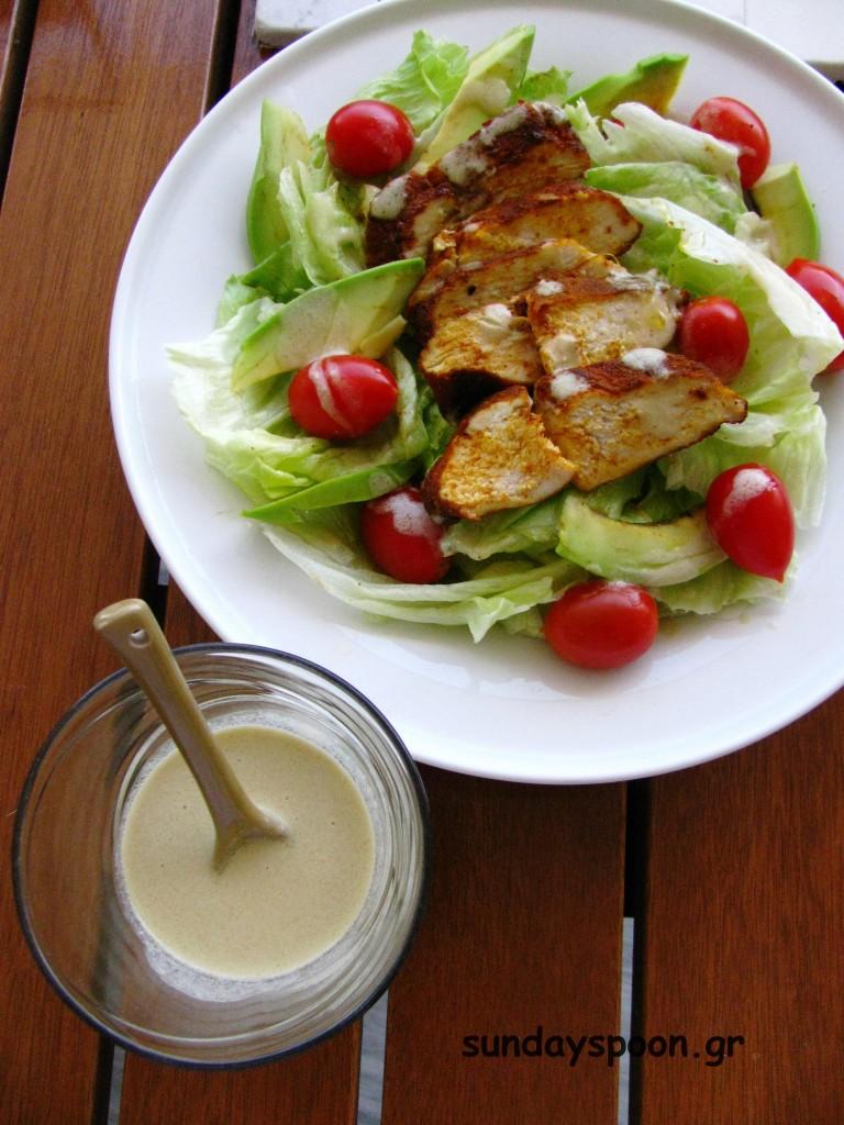 Σαλάτα με πικάντικο κοτόπουλο, αβοκάντο και ταχίνι