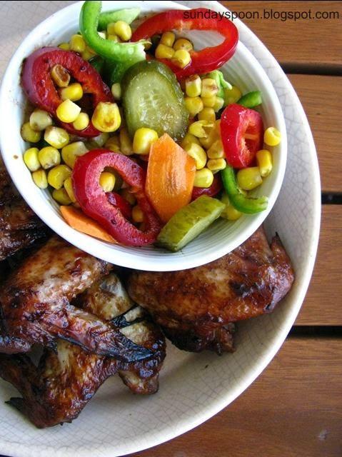 Γλυκόξινες φτερούγες κοτόπουλου με πολύχρωμη σαλάτα καλαμποκιού