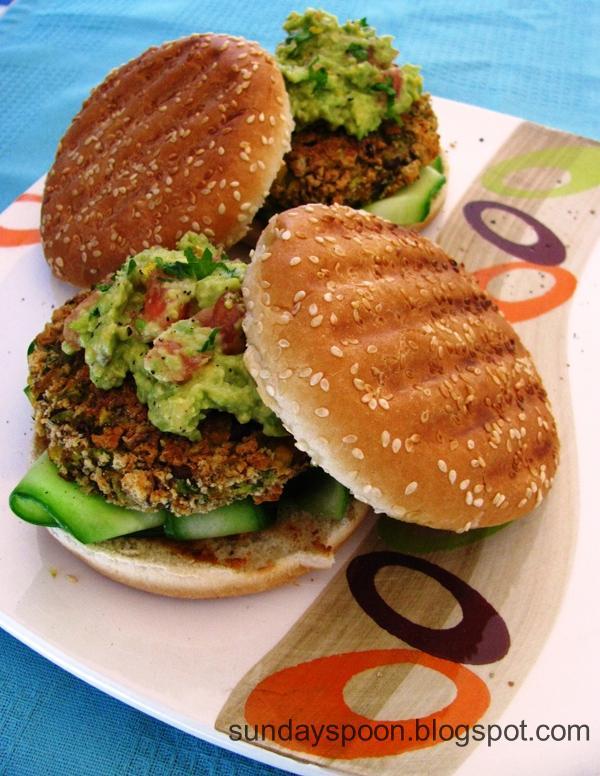 Νηστίσιμο μπέργκερ με μπιφτέκι λαχανικών και σος αβοκάντο