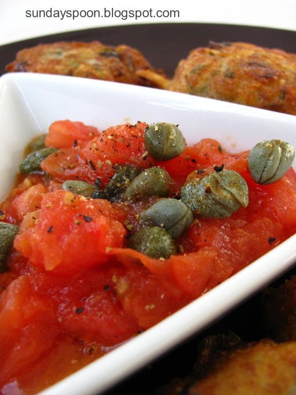 Κροκέτες μπακαλιάρου με ζεστό ντιπ ντομάτας - κάπαρης