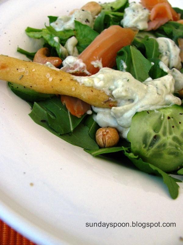 Σαλάτα με σολωμό και σος μπλε τυριού & τραγανά κριτσίνια με δεντρολίβανο