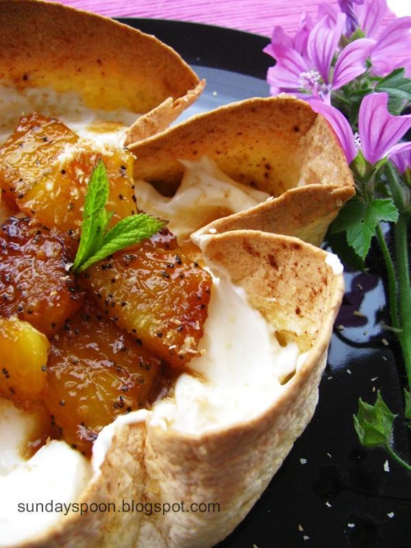 Μπολάκια γλυκιάς τορτίγιας με καραμελωμένο ανανά και καρύδα