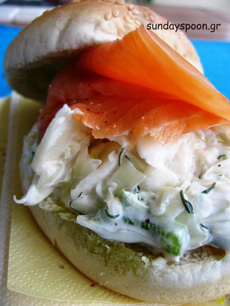 Σάντουιτς με καπνιστό σολωμό και coleslaw