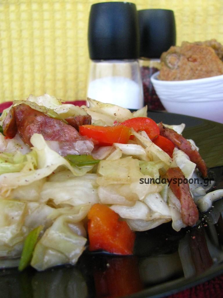 Ζεστή σαλάτα με λάχανο και χωριάτικο λουκάνικο