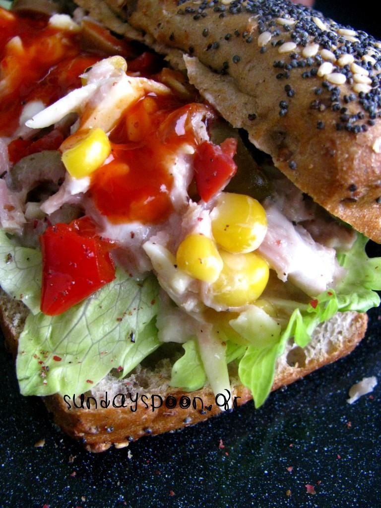 Σάντουιτς με τόνο και γλυκιά σάλτσα τσίλι