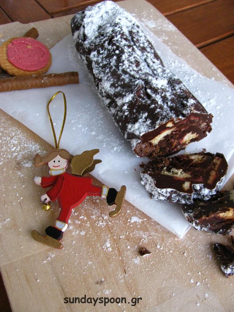Σοκολατένιος κορμός με γεμιστά μπισκότα και πουράκια