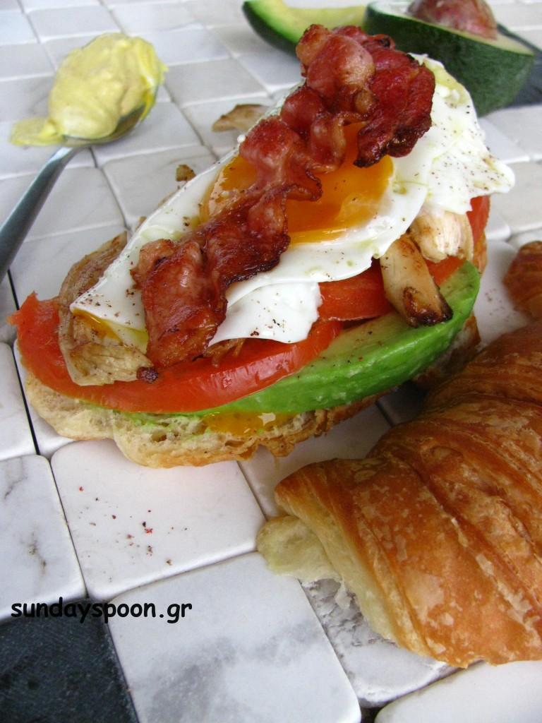 Σάντουιτς κοτόπουλου με μπέικον, αυγό και αβοκάντο