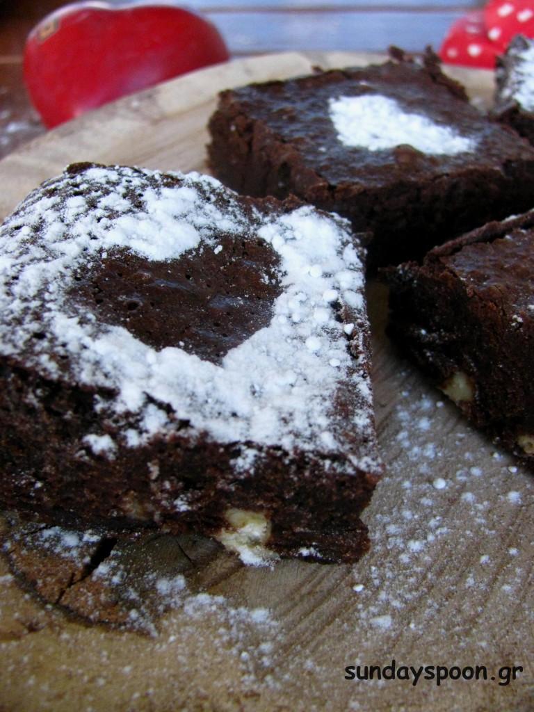 Μπράουνις με κομμάτια λευκής σοκολάτας