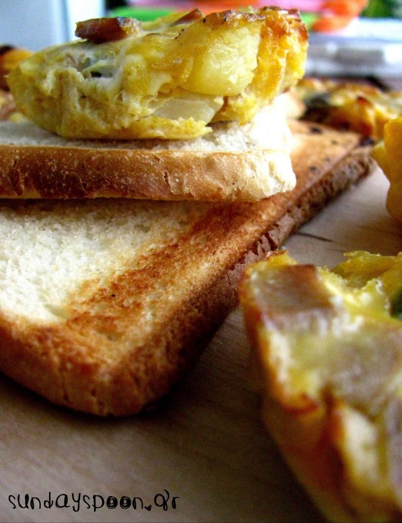 Ομελετάκια φούρνου με λουκάνικο και λαχανικά