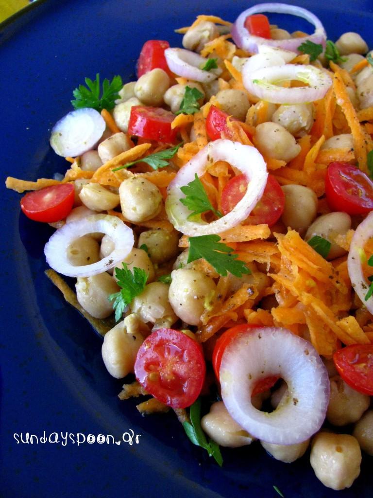 Πολύχρωμη σαλάτα με ρεβύθια και καρότο
