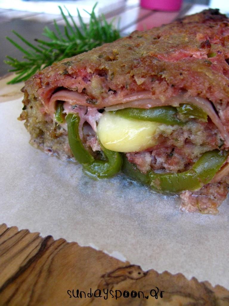 Ρολό κιμά γεμιστό με ζαμπόν, τυρί και πιπεριά